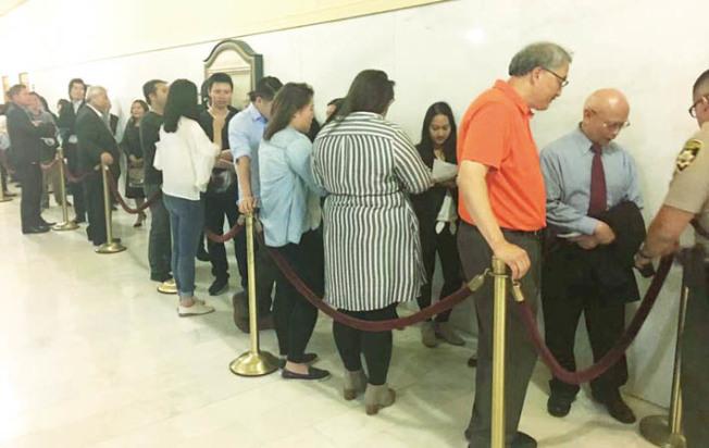 會議室門口外等待發言的人大排長龍。事項討論接近六小時。(記者李晗/攝影)