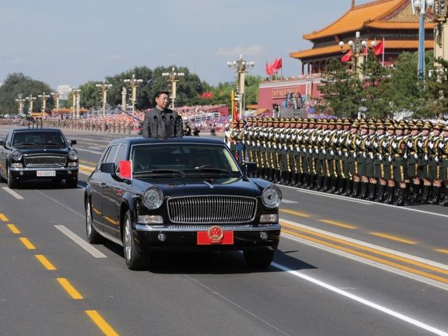 為加強中共建政70周年活動寄遞物品安全管理,中共郵政管理局嚴禁無人飛機、遙控地雷寄往北京。圖為2015年在天安門前廣場舉行閱兵。(取材自新華網)