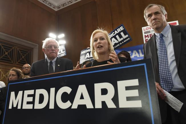 民主黨提名總統參選人原本計畫把「全民醫療照顧」列為2020年大選的主打議題,吸引年輕選民支持,但因外界反應不佳,認為不但花盡政府納稅人的錢,同時還會消除民間醫療業者,逐漸被放棄不提。(路透)