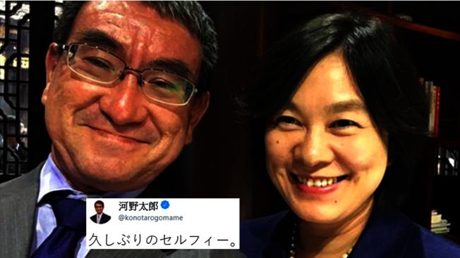 日本外相河野太郎(左)在推特發出與中國外交部發言人華春瑩合照,稱這是「久違的合照」。(取材自推特)