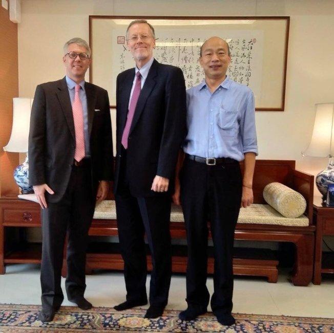站在中央的酈英傑以側身入鏡,乍看下好像「背對」高雄市長韓國瑜,有網友說「老美肢體語言說明了一切」,引起討論。圖/摘自美國在台協會臉書