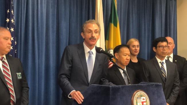洛杉磯市檢察長富爾(Mike Feuer)21日召開記者會,宣布將起訴非法從境外走私入境處方藥並私自販售的八人。(記者王若然/攝影)