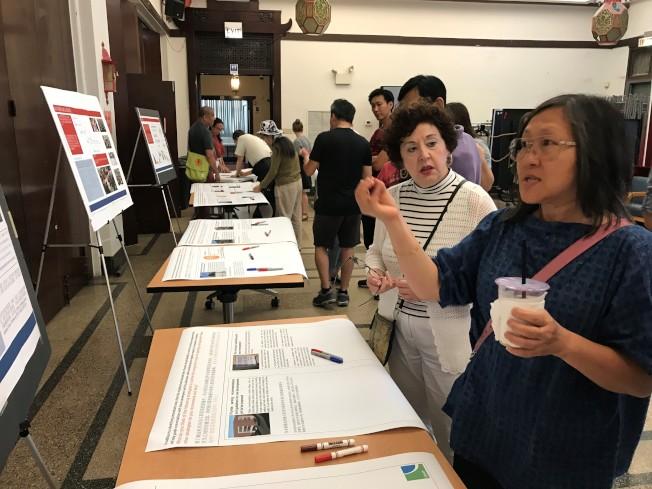 許多民眾都在20日的華埠停車問題意見徵集活動中,踴躍提供建議。(特派員黃惠玲/攝影)