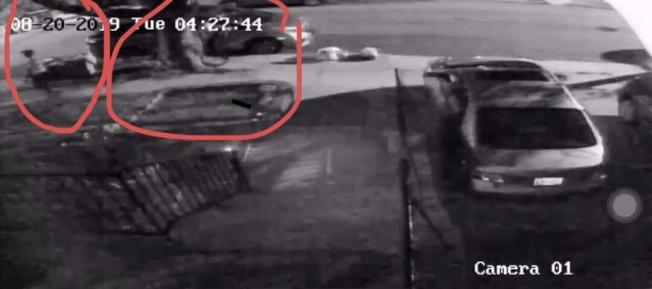 兩名男子嘗試打開停在街邊的汽車車門。(曾女士提供)