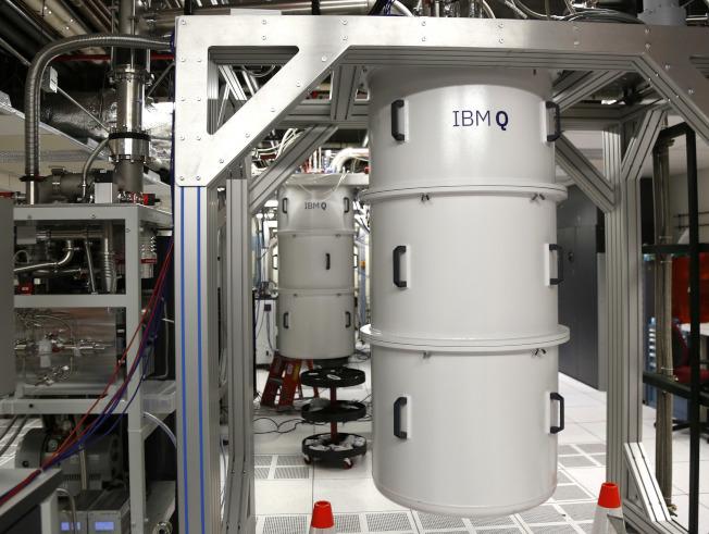 華盛頓郵報報導,中國科學家在政府大筆經費的支持下,站在量子革命最前線,此事讓部分美國官員及科學家憂心。圖為設在IBM華生研究中心的量子電腦。美聯社
