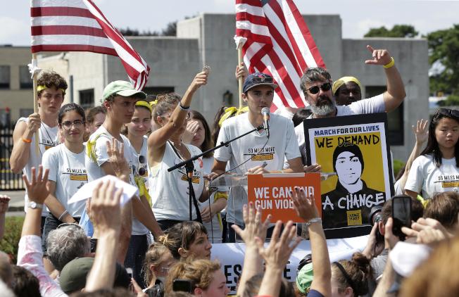 由佛羅里達州帕克蘭高中槍擊案倖存學生領導的「為活命而走」全國反槍枝暴力組織,提出他們心目中的控槍計畫提案。圖為該組織學生領袖霍格去年3月在集會中發言。(美聯社)