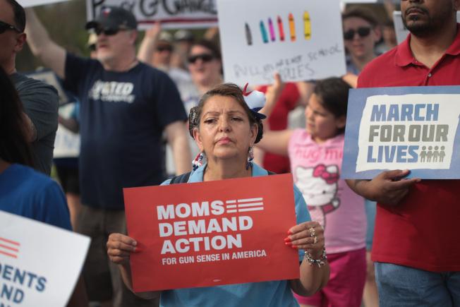 由佛羅里達州帕克蘭高中槍擊案倖存學生領導的「為活命而走」全國反槍枝暴力組織,21日提出他們心目中的控槍計畫提案。圖為該組織去年舉行抗議活動。(Getty  Images)