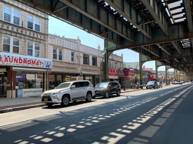 木邊就在地鐵7號線高架軌道下,交通便利。(記者劉大琪/攝影)