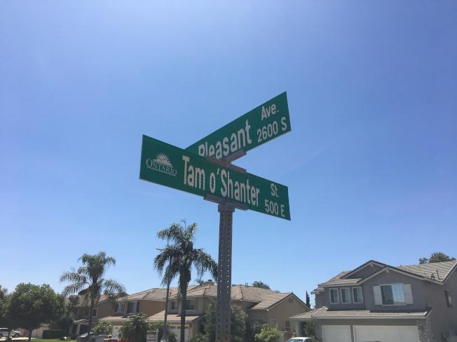 案發街區標誌。(記者啟鉻/攝影)