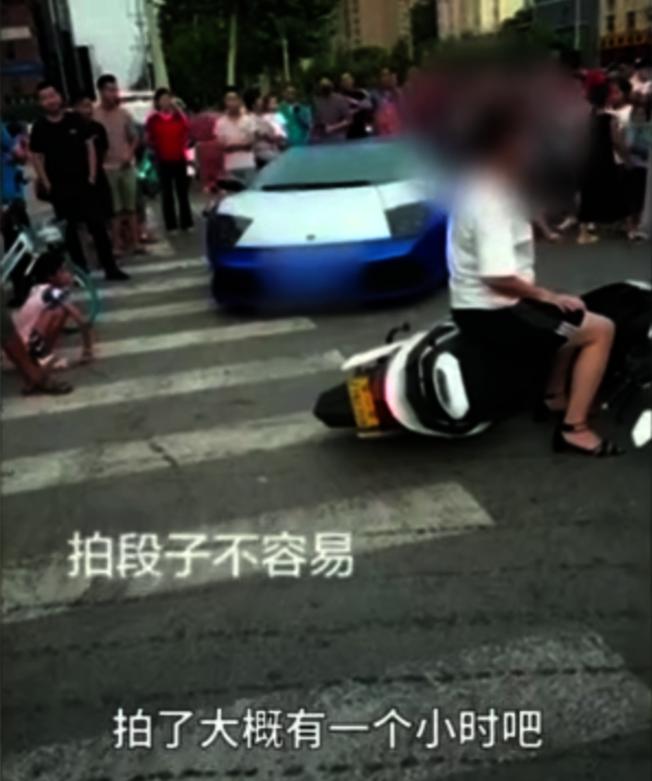 河南一名網紅開跑車占用十字路口斑馬線拍視頻。(視頻截圖)