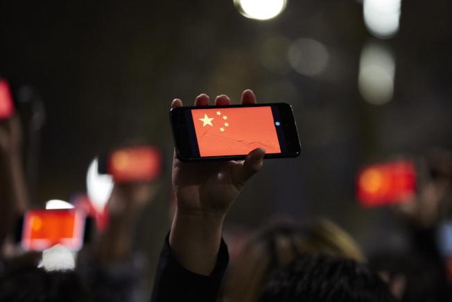 臉書和推特大量停權並刪除疑受北京當局支持、專對香港反逃犯條例修訂抗爭散布不實信息的虛假帳號。圖為8月16日建制派支持者在澳洲墨爾本的反反送中示威遊行。(歐新社)