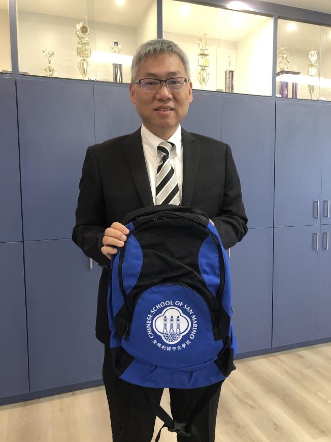 近期聖瑪利諾華人協會將給中文學校周六班的孩子送中文學校書包。(記者李雪/攝影)