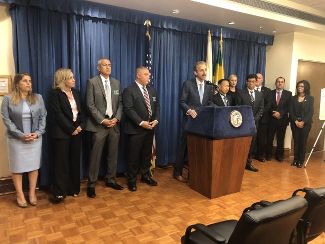 洛杉磯市檢察長富爾(Mike Feuer)21日宣布將起訴非法從境外走私無牌處方藥並私自販售的八人。(記者王若然/攝影)
