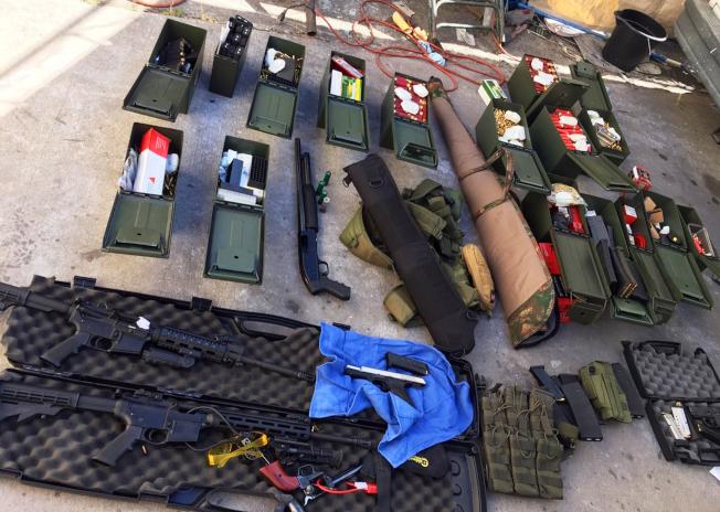 警方從蒙托亞家中搜出包括攻擊性步槍的武器,還有大批彈藥。(美聯社/長堤市警局提供)