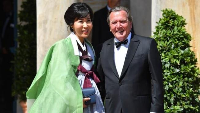 34 德國前總理施洛德遭妻子金素妍的前夫控告通姦。圖為兩人上月參加拜魯特音樂節。(Getty Images)