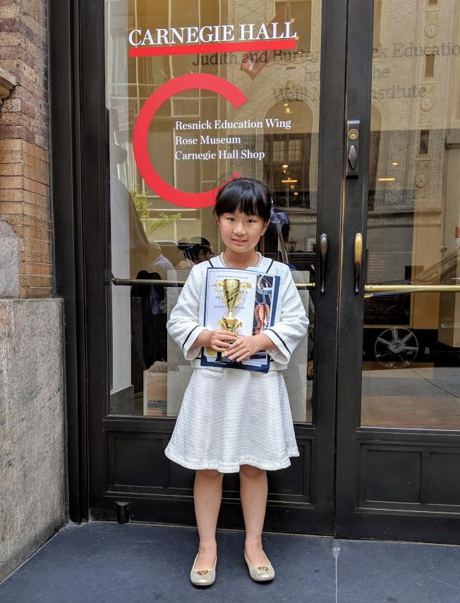 7歲的鋼琴小神童黃以欣(Abigail Huang)贏得2019年國際大師鋼琴和弦樂比賽(2019 International Maestro Piano and String Competition)18歲組第二名。(王蔚蔚提供)
