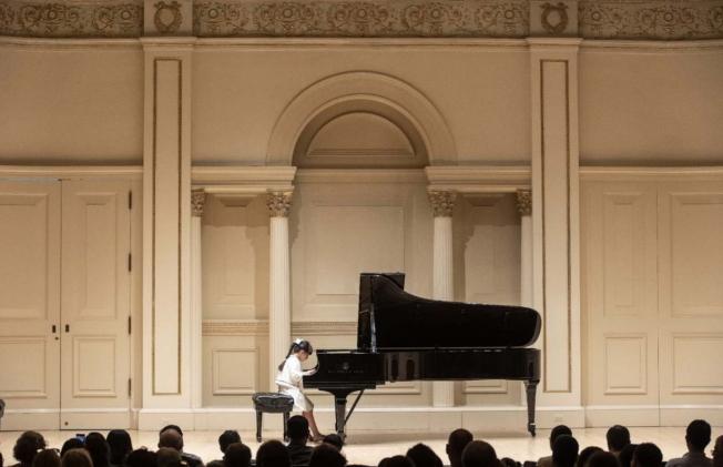 7歲的鋼琴小神童黃以欣(Abigail Huang)贏得2019年國際大師鋼琴和弦樂比賽(2019 International Maestro Piano and String Competition)18歲組第二名,在得獎人音樂會中演奏。(王蔚蔚提供)
