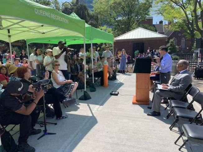 顧雅明(發言者)宣布,耗資580萬元整修的邦恩遊樂場將為社區提供更好的休閒去處。(記者牟蘭/攝影)
