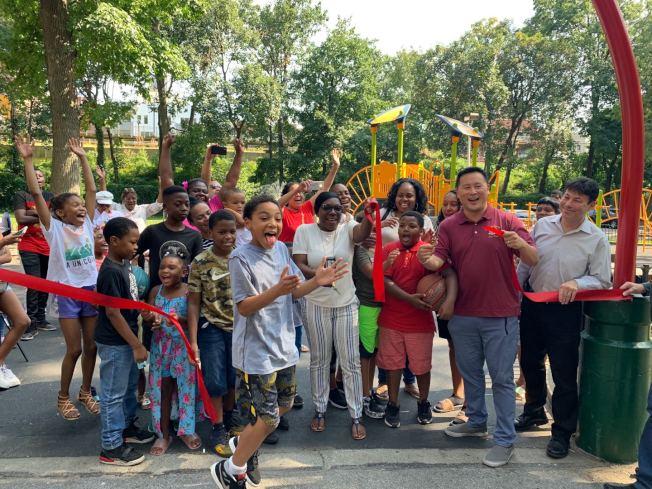 金兌錫(前排右二)與社區民眾見證布蘭德遊樂場翻修工程的完成。(記者牟蘭/攝影)