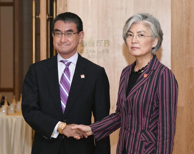 日本外務大臣河野太郎(左)與南韓外交部長康京和在北京會談。(美聯社)