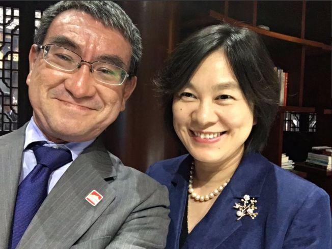 日本外相河野太郎(左)曬出與中國外交部發言人華春瑩的微笑自拍合照。(取材自推特)