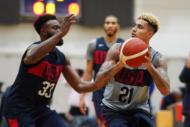 美國隊21日練球,布朗(左)防守庫茲瑪(右)的投籃。(歐新社)