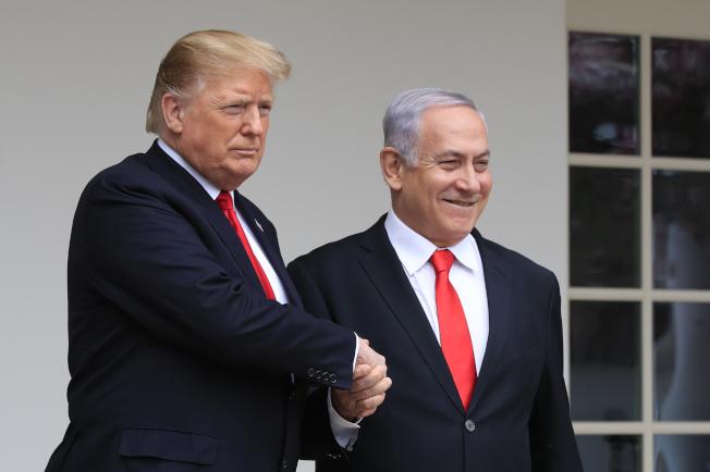 以色列總理內唐亞胡(右)對川普總統受到以色列人愛戴的說法,保持低調。(美聯社)