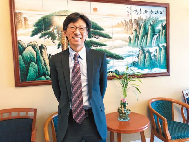 屋崙華埠社區領袖陳錫澎表示,大約8年前,韓德森就邀請他聽講座推銷投資計畫,並希望他幫忙向朋友推介,他當時覺得有問題,所以拒絕。 (記者劉先進/攝影)