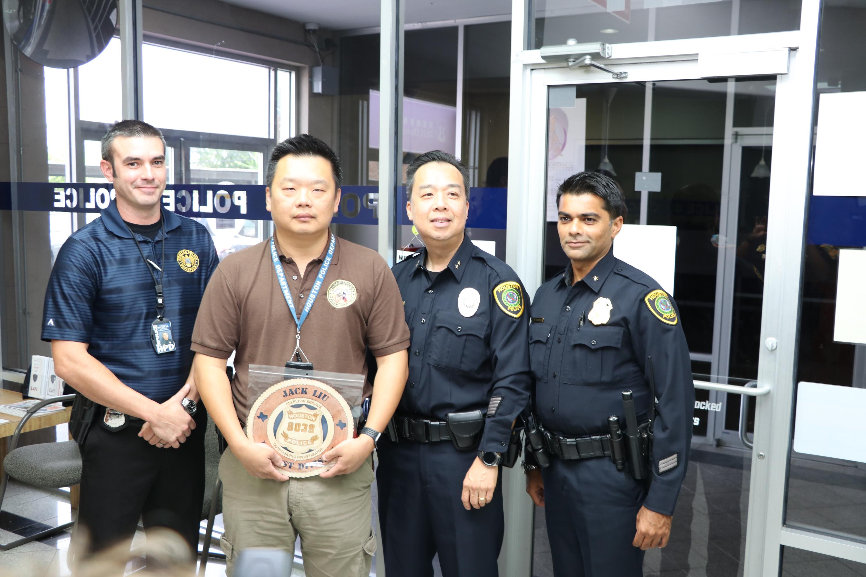 休士頓警局副局長Henry Gaw(右二)、中西分局局長Yasar Bashir(右一)共同頒狀表揚劉諍志Jack Liu(左二)傑出表現,左一為他為搭檔Clifton Walker Jr。(記者封昌明攝)