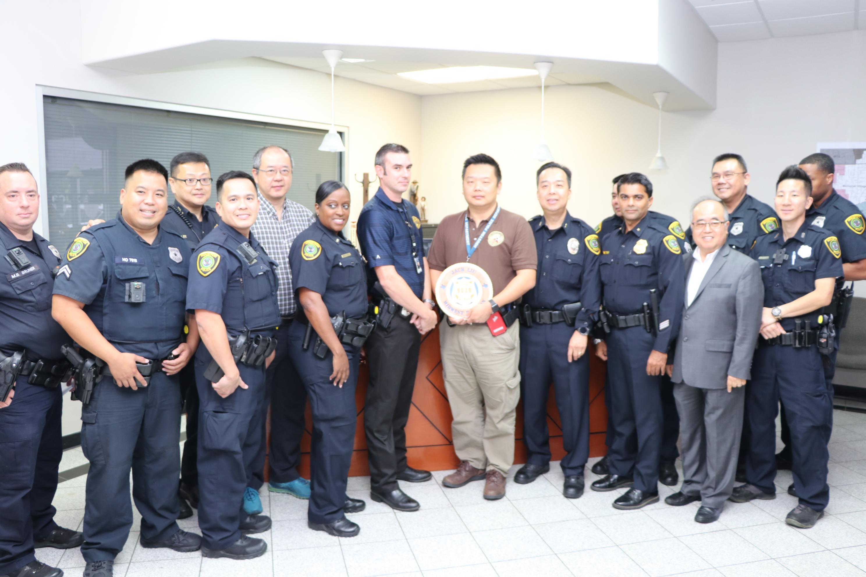 休士頓警察局惠康派出全體警員都對Jack Liu(右五)獲獎感到與有榮焉。(記者封昌明攝)