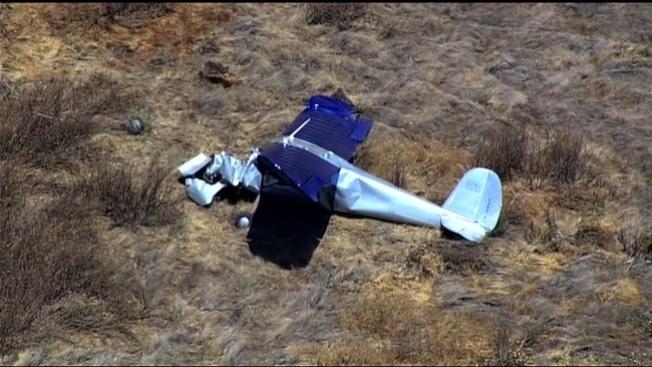 一架小飛機墜毀在利佛摩機場附近,駕駛受傷。(電視新聞截圖)