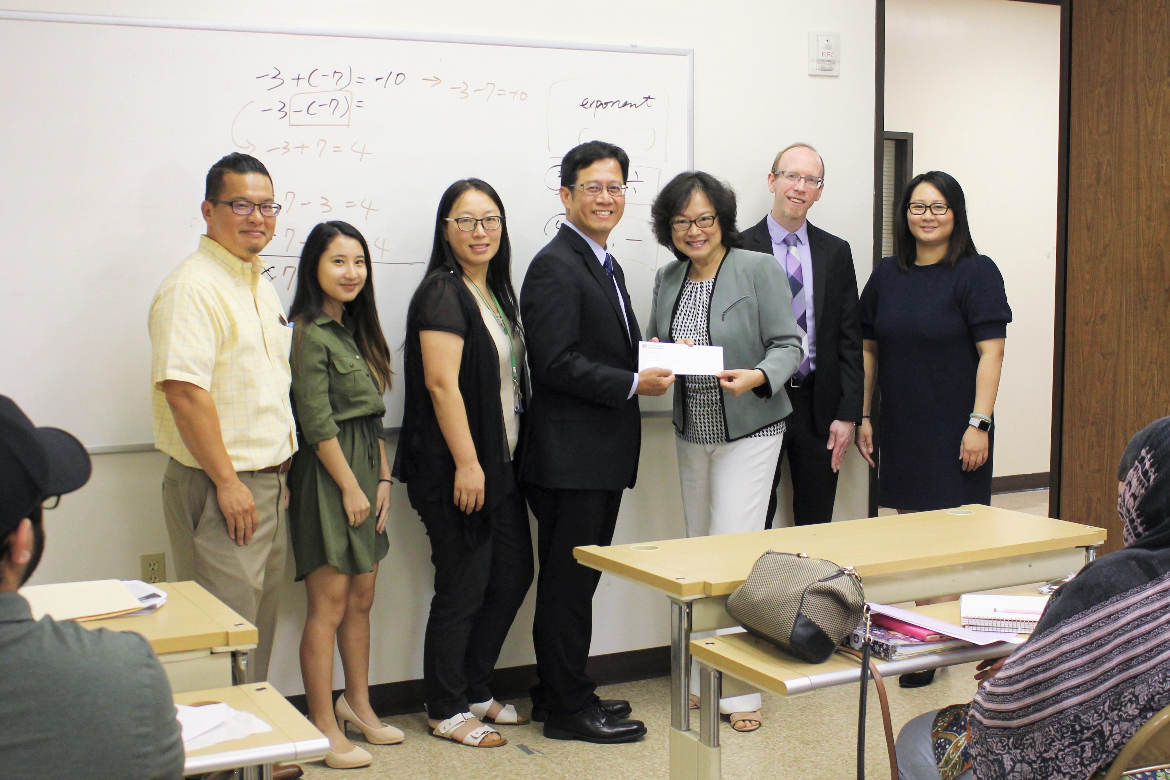 國泰銀行資深副總裁James Wong(左四)代表捐款5000元給中華文化中心,用於支持財務及知識等項目的講座,中華文化中心執行長華啟梅(右三)代表接受。(圖:中華文化中心提供)