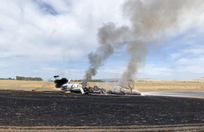 一架載有十名乘客的小型客機在北加州奧洛維爾機場衝出跑道後起火燃燒。(美聯社)