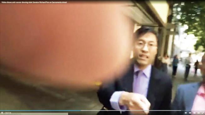 加州華裔參議員潘君達在沙加緬度遭到反對者攻擊。(電視新聞截圖)