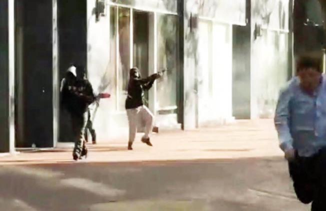 非裔男子在街道上胡亂開槍達40秒,全程被邵珍妮利用手機拍攝下來,她並在社交媒體上分享,吸引其他媒體訪問她。(圖:推特照片)