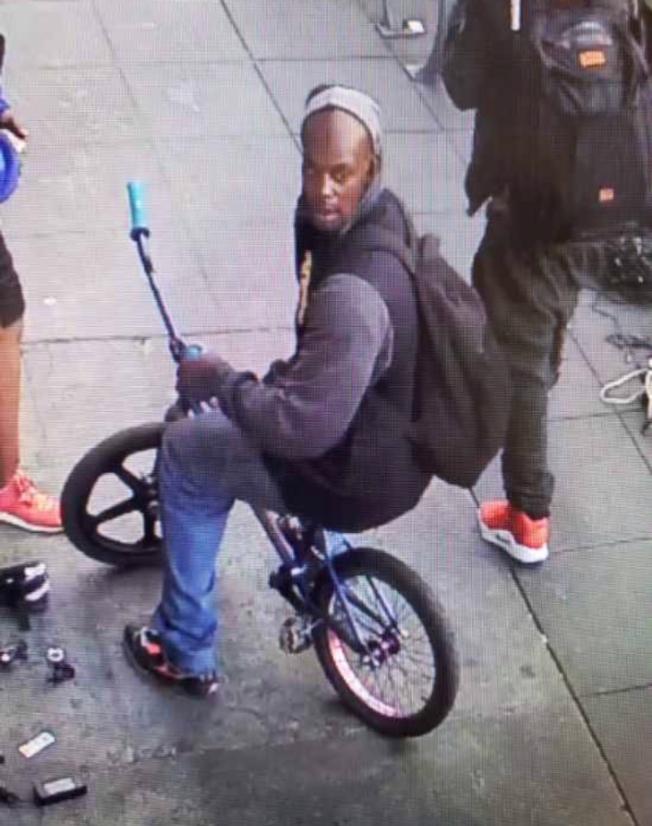 非裔嫌犯門羅毆打越華裔受害人時,正騎著單車。(舊金山警方提供)