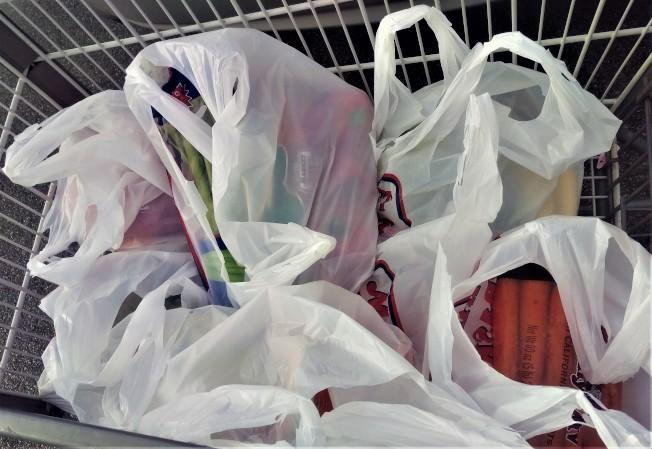 麻州議會立法禁用一次性塑膠提袋,但許多人對草案不滿。(記者唐嘉麗/攝影)