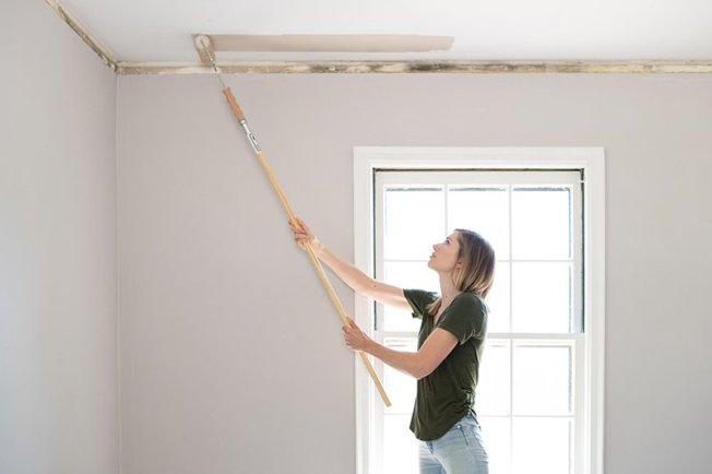 油漆工的時薪65元起跳,粉刷11呎x12呎的臥室,如果能自己動手做,約可省下260元到455元。(取自推特)