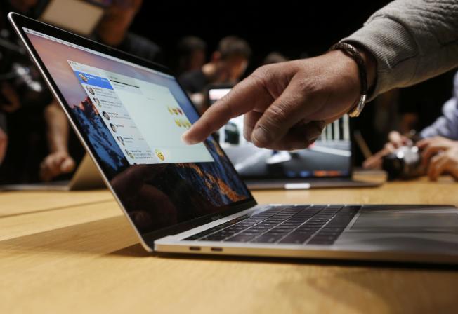 繼美國等國之後,越南航空局也發出警告,將禁止這款Macbook Pro登上飛機。(路透)