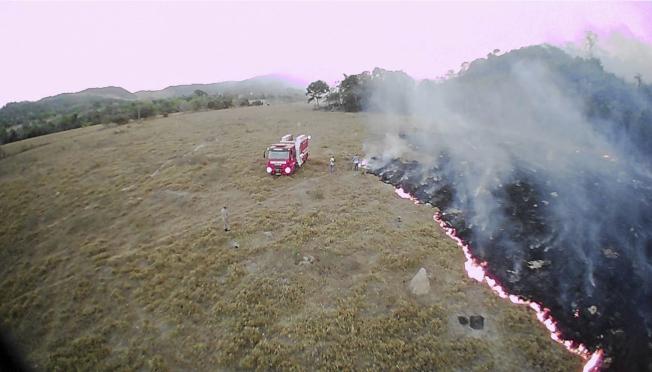 無人機8月20日拍下巴西馬托格羅索州的一處火災。 (美聯社)