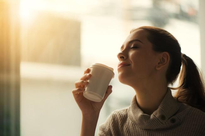 一項新的研究指出,對於講究健康的人來說,熱咖啡可能會比冰冷的調味咖啡更能勝出。取材自pexels