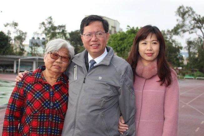 桃園市長鄭文燦(中)過去和妻子林俞汝(右)與媽媽的合影。圖/本報資料照