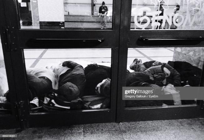 市府正力勸游民接受補助,避免露宿街頭與地鐵。(Getty Images)