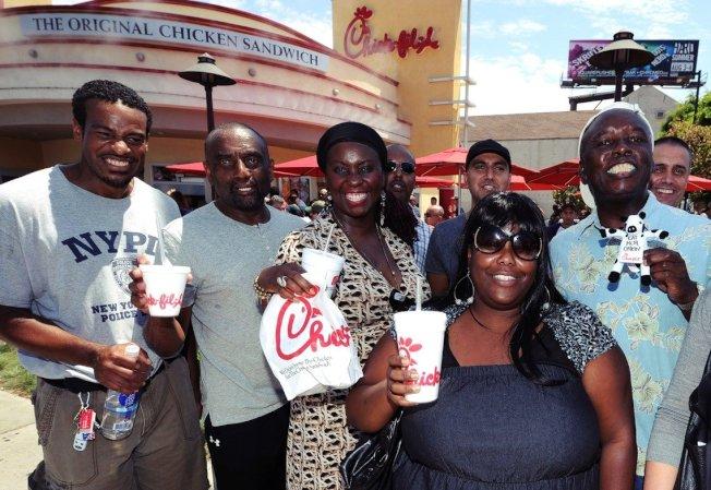 「推文的好像都是黑人?」爭論誰才是炸雞王的同時,也有網友意有所指地說,這個炸雞三明治之亂似乎大多是美國黑人比較熱衷參戰;背後的原因,一部分和這類炸雞速食店的客群有關。圖為吃福來雞的美國黑人,示意圖。 (Getty Images)