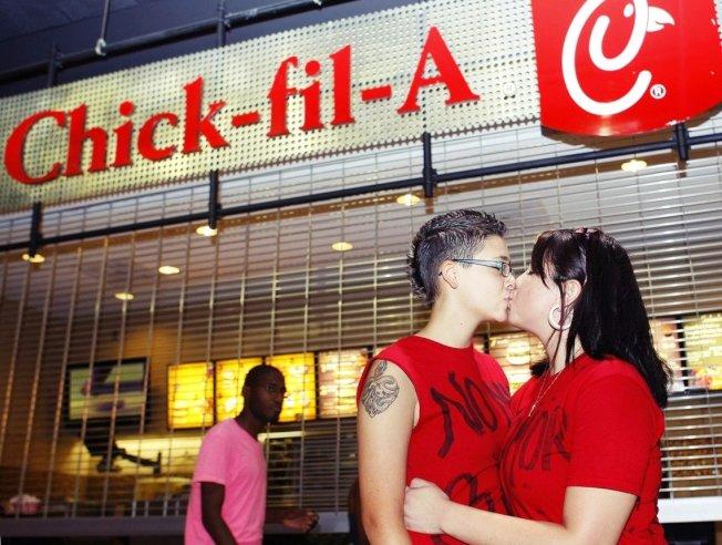LGBT 團體曾發動群眾到福來雞的店門口一起同志熱吻,兩派為此對立僵持。 圖/路透社