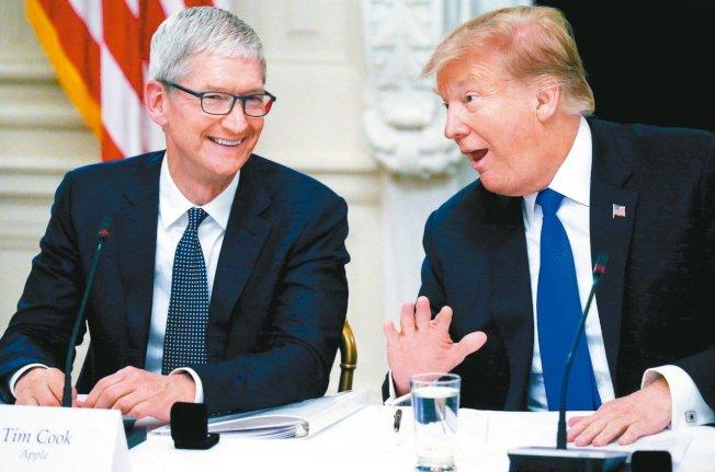 蘋果執行長庫克(左)日前曾與美國總統川普討論關稅問題,川普再次重申,將會對蘋果伸出援手。 路透