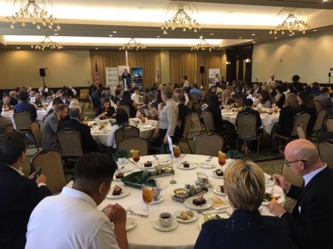 聖蓋博谷公共事務聯盟22日舉行每月政商午餐會,20多個城市民選官員和企業代表200多人與會。(記者楊青/攝影)