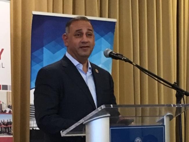 39區聯邦衆議員Gil Cisneros22日在聖蓋博谷公共事務聯盟午餐會上分享其上任八個月的見聞和心得。(記者楊青/攝影)
