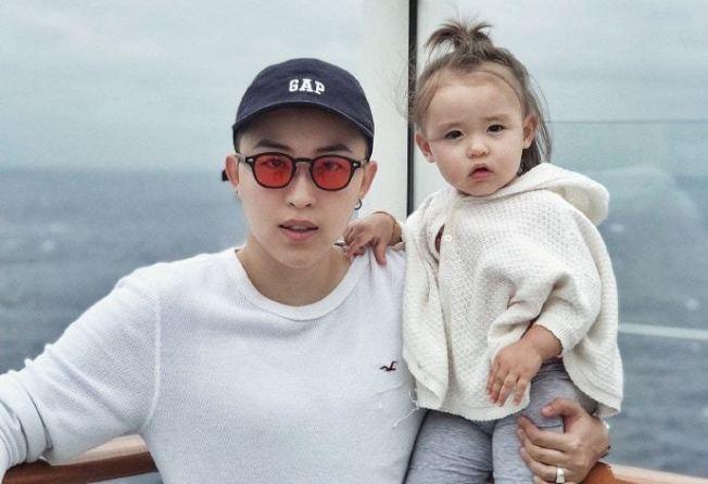 葉海洋(左)與她的女兒。(取自微博)