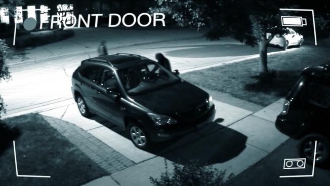 芝加哥北郊Winnetka警察局公布住戶監視攝影,拍下竊賊入夜後逐一檢視車道車輛是否上鎖的情形。(Winnetka警局影片截圖)